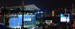 Il campo in vetro installato ad Hong Kong in uno scenario a dir poco spettacolare!